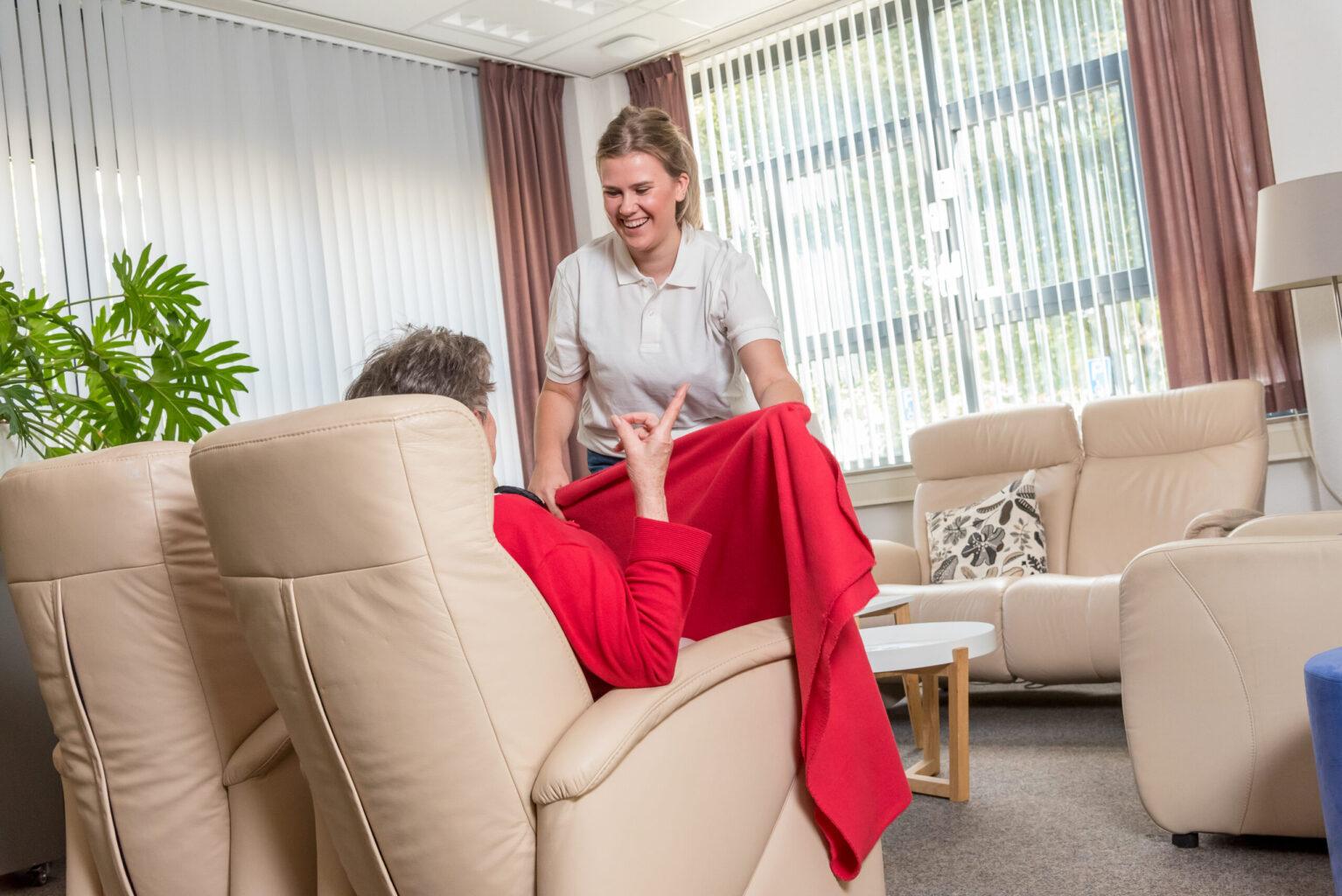 Verzorgenden helpt oudere